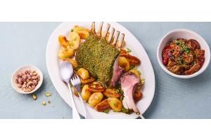 Carré d'agneau en croûte de pistaches, pommes de terre grenaille et aubergines à l'arménienne