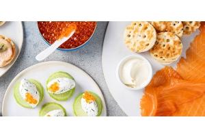 Bocconcini di formaggio, uova di salmone e ravanello