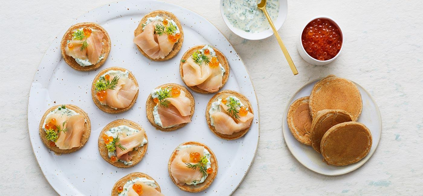 Blinis sarrasin au saumon sauvage, œufs de saumon et crème à l'aneth