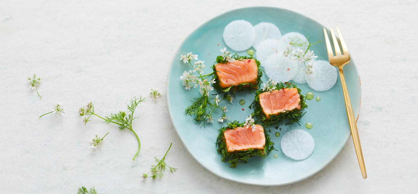 Tataki de saumon fumé, croûte aux herbes